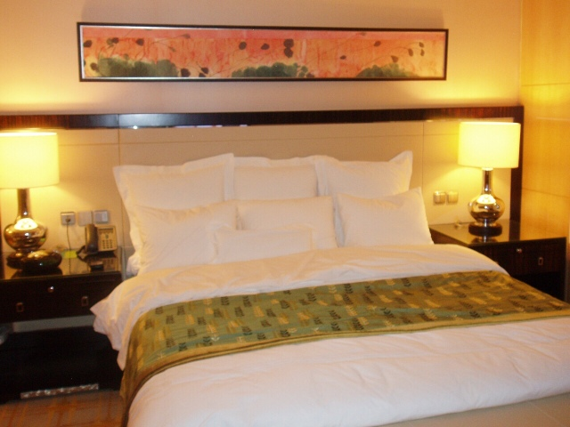 a queen size bed in a hotel room